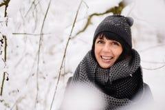 Портрет красивой девушки в лесе зимы Стоковые Изображения RF