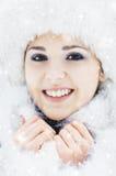 Портрет красивой девушки в лесе зимы Стоковая Фотография