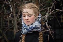 Портрет красивой девушки в кусте outdoors стоковое изображение rf