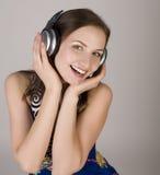Портрет красивой девушки в наушниках, поя песню Стоковое Изображение RF