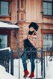 Портрет красивой девушки в одеждах зимы, пальто и шляпе, wr Стоковая Фотография RF