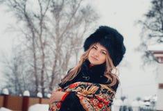Портрет красивой девушки в одеждах зимы, пальто и шляпе, wr Стоковое фото RF