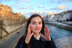 Портрет красивой девушки в Париже Стоковые Изображения RF