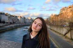 Портрет красивой девушки в Париже Стоковое фото RF