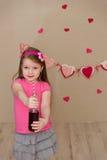 Портрет красивой девушки в пинке внутри помещения Стоковое Фото