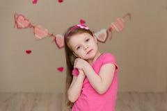 Портрет красивой девушки в пинке внутри помещения Стоковая Фотография