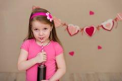 Портрет красивой девушки в пинке внутри помещения Стоковое Изображение RF