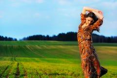 Портрет красивой девушки в поле Стоковое Изображение RF