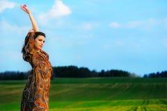Портрет красивой девушки в поле Стоковые Изображения
