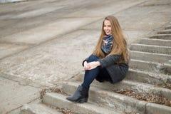 Портрет красивой девушки в предыдущей весне на шагах Стоковые Фотографии RF