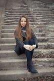 Портрет красивой девушки в предыдущей весне на шагах Стоковая Фотография