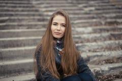 Портрет красивой девушки в предыдущей весне на шагах Стоковое фото RF