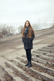 Портрет красивой девушки в предыдущей весне на шагах Стоковое Изображение