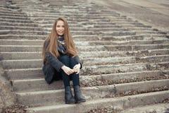 Портрет красивой девушки в предыдущей весне на шагах Стоковые Фото