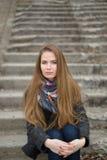 Портрет красивой девушки в предыдущей весне на шагах Стоковые Изображения RF