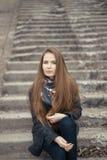 Портрет красивой девушки в предыдущей весне на шагах Стоковое Изображение RF