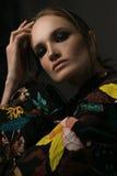 Портрет красивой девушки в платье покрашенном в цветках стоковые фотографии rf