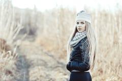 Портрет красивой девушки в древесине Стоковая Фотография
