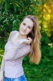 Портрет красивой девушки в саде лета Стоковое Изображение