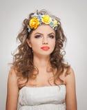 Портрет красивой девушки в студии с желтыми розами в ее волосах и нагих плечах Сексуальная молодая женщина с профессиональным сос Стоковые Фотографии RF