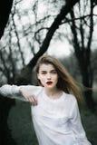 Портрет красивой девушки в черном пальто на природе Стоковая Фотография