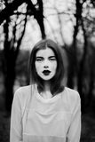 Портрет красивой девушки в черном пальто на природе Стоковые Фото