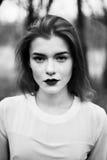 Портрет красивой девушки в черном пальто на природе Стоковая Фотография RF