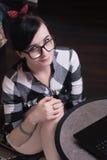Портрет красивой девушки в черных стеклах, Стоковые Фотографии RF