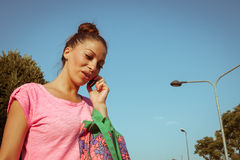 Портрет красивой девушки говоря на телефоне Стоковые Фотографии RF