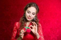 Портрет красивой девушки держа малый подарок Стоковая Фотография