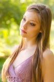 Портрет красивой девушки идя в природу на весенний день Стоковые Фото