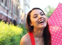 Портрет красивой девушки идя с зонтиком Стоковая Фотография RF
