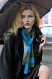 Портрет красивой девушки которая стоит под зонтиком Стоковые Изображения RF