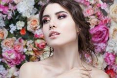 Портрет красивой девушки моды, помадки, чувственной Красивый состав и грязный романтичный стиль причёсок знамя предпосылки цветет Стоковые Фотографии RF