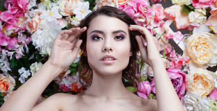 Портрет красивой девушки моды, помадки, чувственной Красивый состав и грязный романтичный стиль причёсок знамя предпосылки цветет Стоковые Изображения RF
