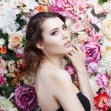 Портрет красивой девушки моды, помадки, чувственной Красивый состав и грязный романтичный стиль причёсок знамя предпосылки цветет Стоковая Фотография