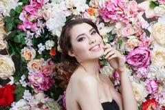 Портрет красивой девушки моды, помадки, чувственной Красивый состав и грязный романтичный стиль причёсок знамя предпосылки цветет Стоковые Изображения