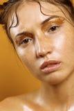 Портрет красивой девушки на желтой предпосылке с влиянием влажной кожи Стоковые Фотографии RF