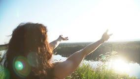 Портрет красивой девушки на заходе солнца Стоковые Изображения RF
