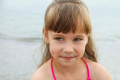 Портрет красивой девушки на предпосылке моря Стоковое фото RF