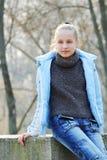 Портрет красивой девушки на улице осенью портфолио Стоковые Изображения