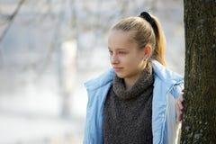 Портрет красивой девушки на улице осенью портфолио Стоковые Фото