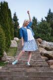 Портрет красивой девушки представляя в парке Стоковое Изображение