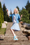 Портрет красивой девушки представляя в парке Стоковая Фотография RF