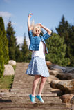 Портрет красивой девушки представляя в парке Стоковые Фото