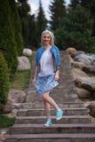 Портрет красивой девушки представляя в парке Стоковые Изображения