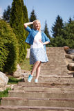 Портрет красивой девушки представляя в парке Стоковое Фото