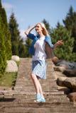 Портрет красивой девушки представляя в парке Стоковое фото RF