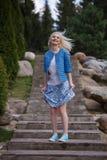 Портрет красивой девушки представляя в парке Стоковая Фотография