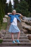 Портрет красивой девушки представляя в парке Стоковое Изображение RF
